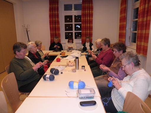 eine fröhliche Gruppe mit flinken Fingern