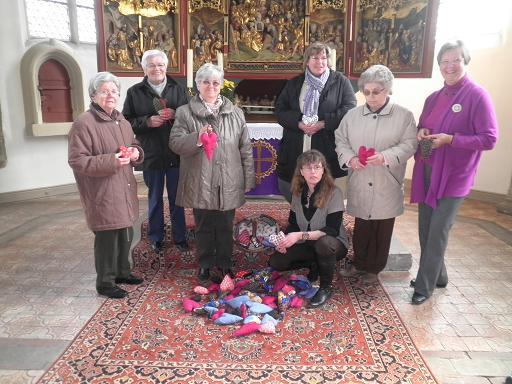 Herzen für den Kirchenkreistag - Übergabe vor dem Altar