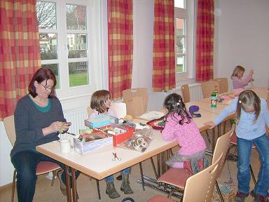 Leiterin Frau Wolff mit Kindern